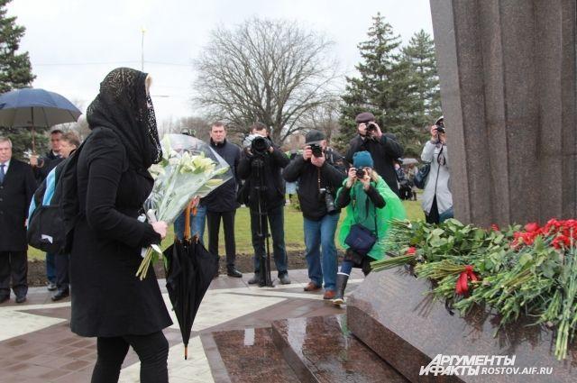 К памятному знаку «Прерванный полет» пришли сотни ростовчан