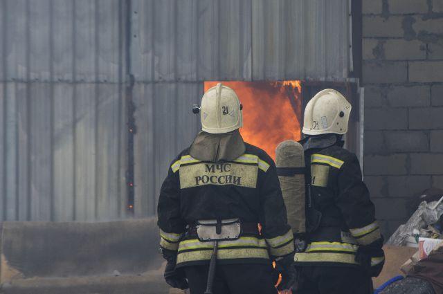 ВКиреевском районе 18 спасателей тушили горящую ферму