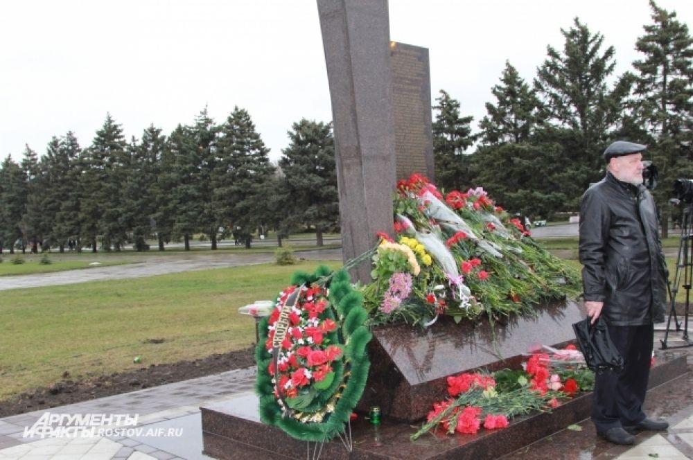 Мемориал утонул в живых цветах.