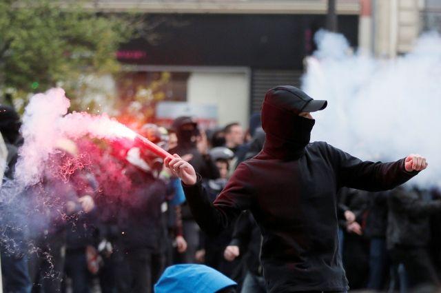 Встолице франции  милиция  применила слезоточивый газ против демонстрантов