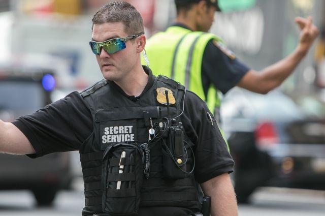 Тяжелая неделя Секретной службы: мужчина сделал селфи врабочем кабинете Трампа