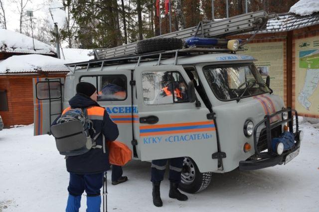 Спасатели передали пострадавших медикам.