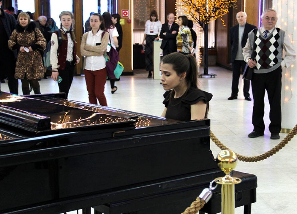Музыка встретила гостей фестиваля уже в фойе Большого зала