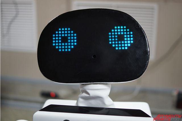 В самый напряженный момент, когда идут переговоры бизнесмена и инвестора, появляется Promobot и говорит: «Жизнь — штука сложная»