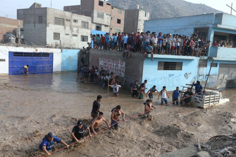 Тысячи человек из-за стихии были вынуждены оставить свои дома.