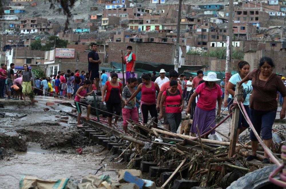 Пострадавшие от наводнения жители в Лиме.