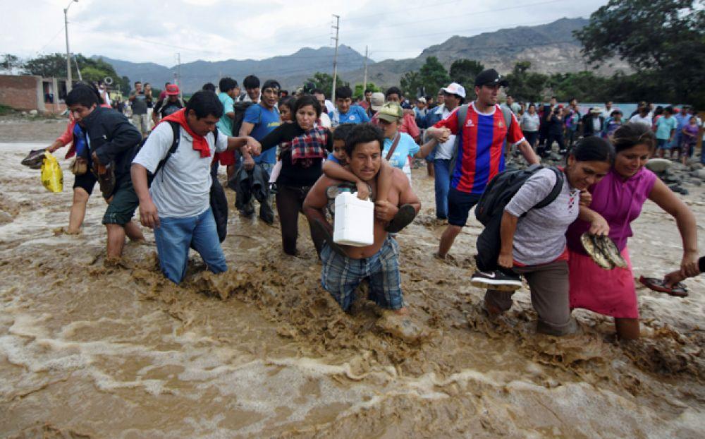 По мнению властей, от наводнений пострадала половина населения страны.