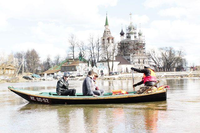 Люди привыкли к весенним переправам на лодках, а в гости друг к другу ходят по мосткам.