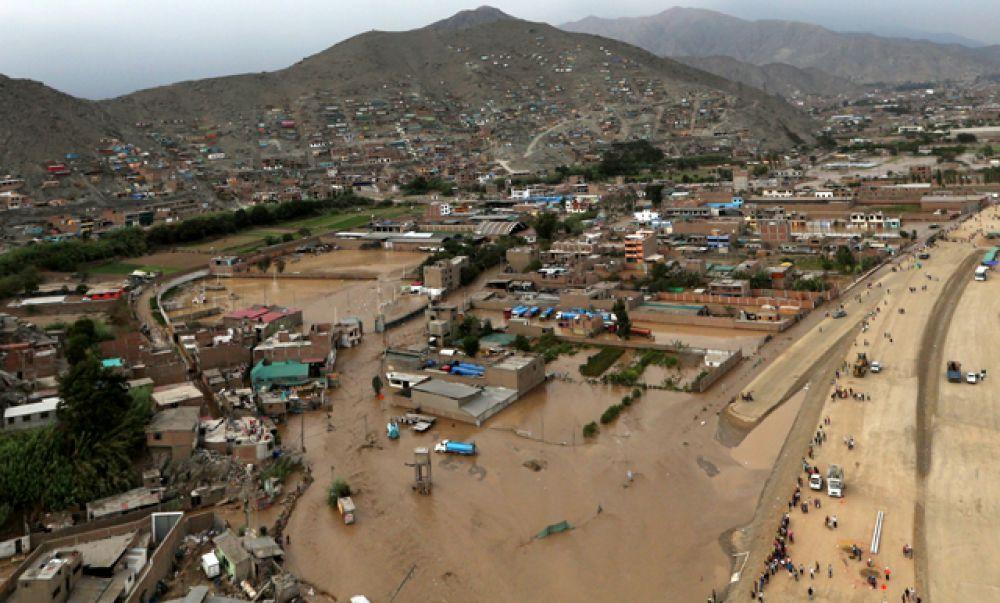 Вид сверху на город Лима после массивного оползня и наводнения.