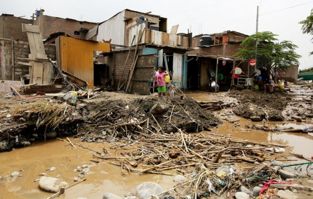 В некоторых районах не хватает питьевой воды, водосточная система заполнена грязью.