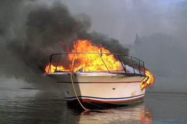 ВЛенском районе четверо налетчиков связали сторожа исожгли буксиры
