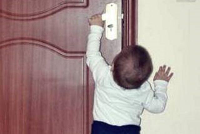 Открыть захлопнувшуюся дверь малыш не смог.