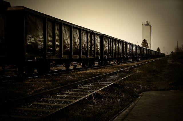 Грузовой поезд насмерть сбил юношу внаушниках под Челябинском