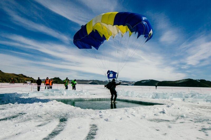 Чтобы сделать прорубь 5 на 5 метров, ледорубам пришлось работать 5 часов и вынуть 25 тонн льда.