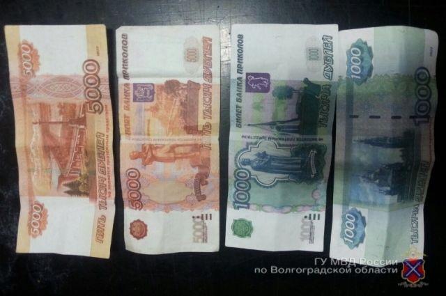 Женщина пыталась передать пенсионеру вместо денег билет «Банка приколов».