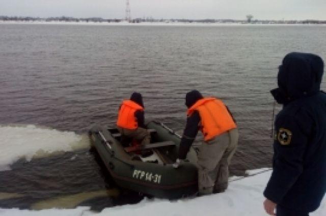 Работники МЧС спасли провалившегося под лед наГорьковском водохранилище пожилого мужчину