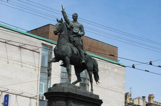 Памятник Николаю Щорсу в Киеве.