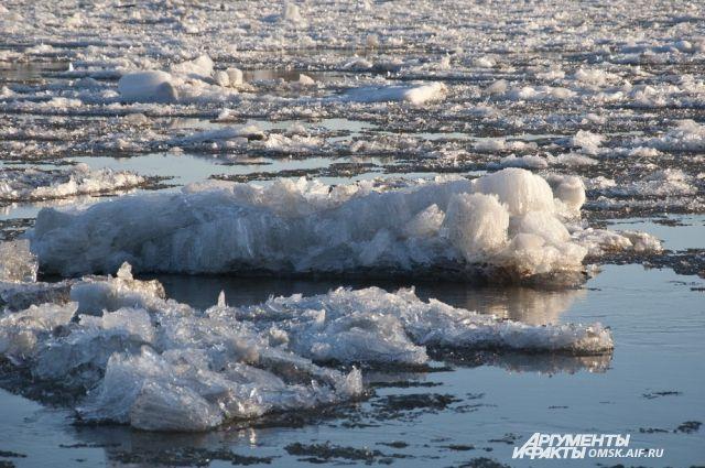 Наводоемах Петербурга начали вскрывать лед