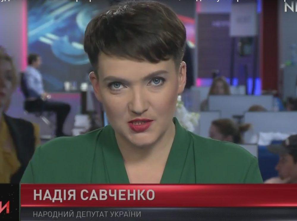 Однако спустя некоторое время, политик вспомнила, что она, прежде всего женщина и начала появляться с ярким макияжем