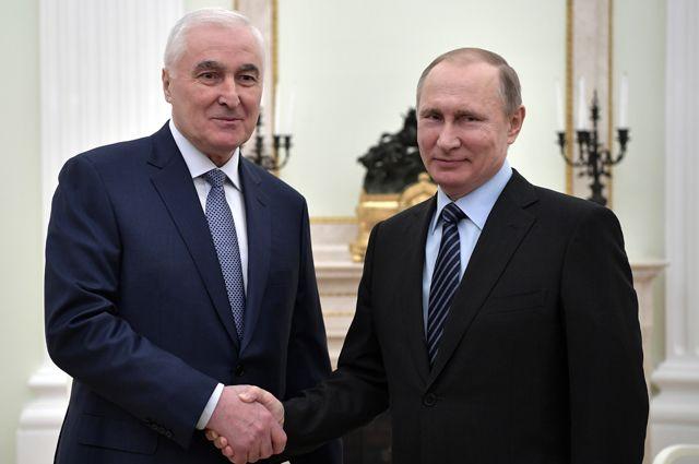 Леонид Тибилов и Владимир Путин.