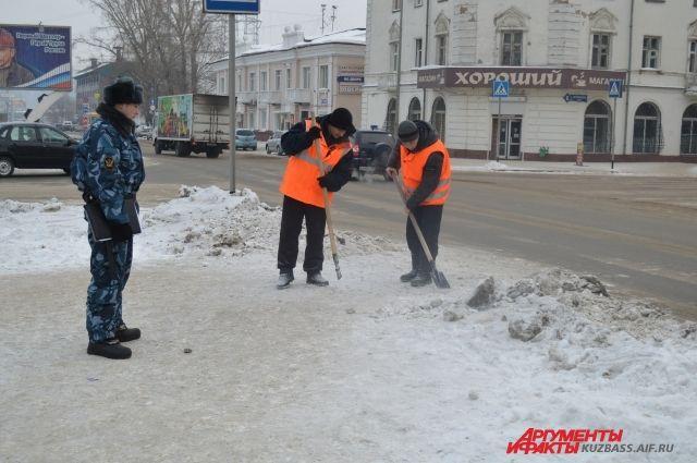 Снег зимой убирали все, даже осужденные под конвоем, но рук и техники все же не хватало.