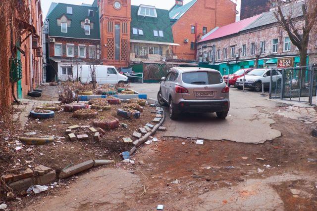 Центр Владивостока полон богатыми постройками вперемешку с многолетним мусором