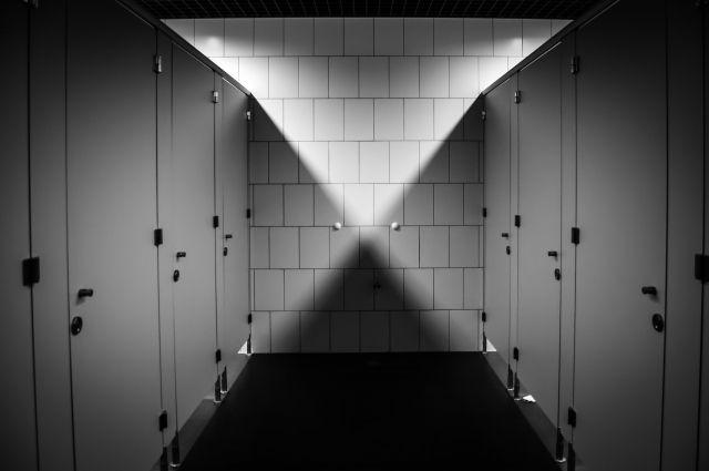 Преступник зашел вслед за женщиной в туалет заведения.