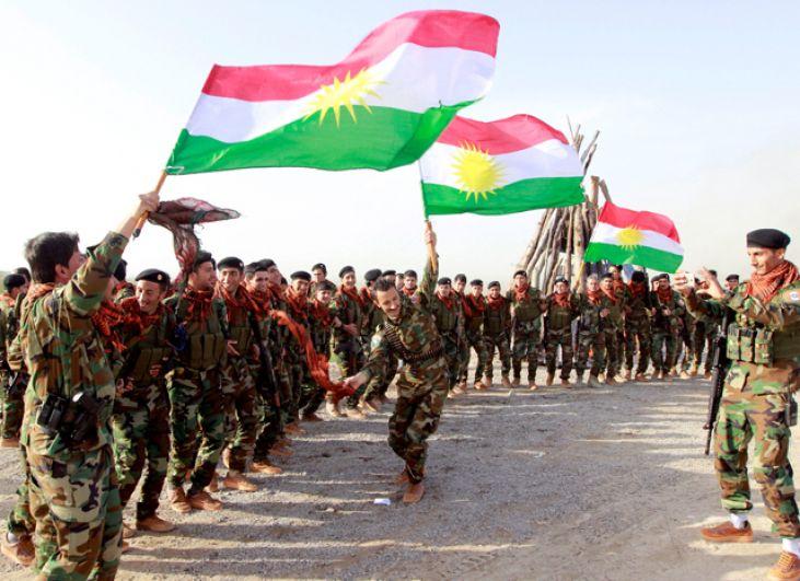 Бойцы курдских сил Пешмерга празднуют приход весны и нового года в Киркуке, Ирак.