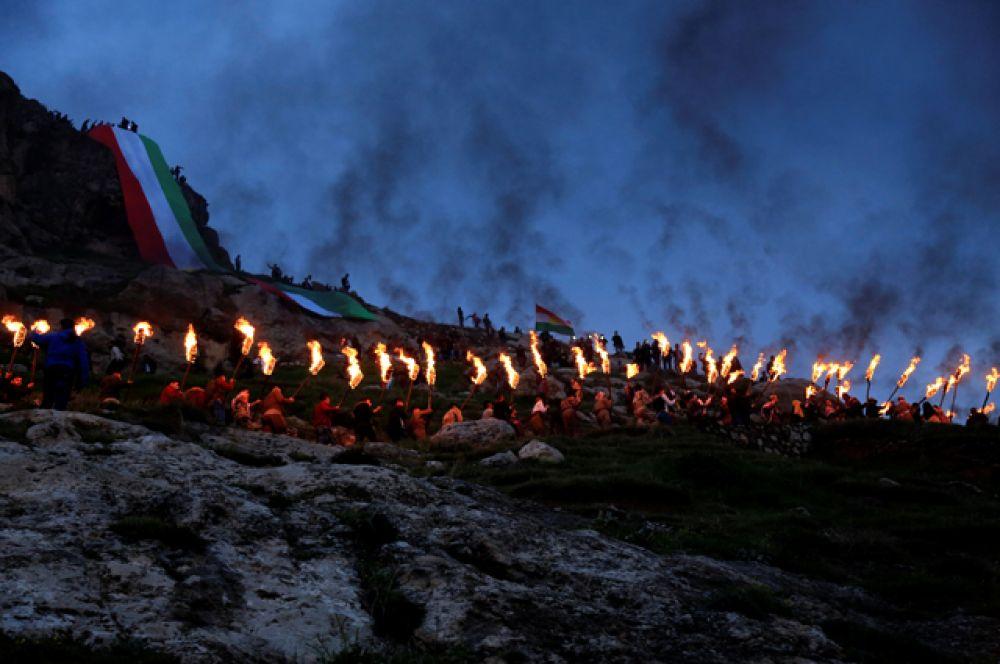 Они несут факелы огня на гору.