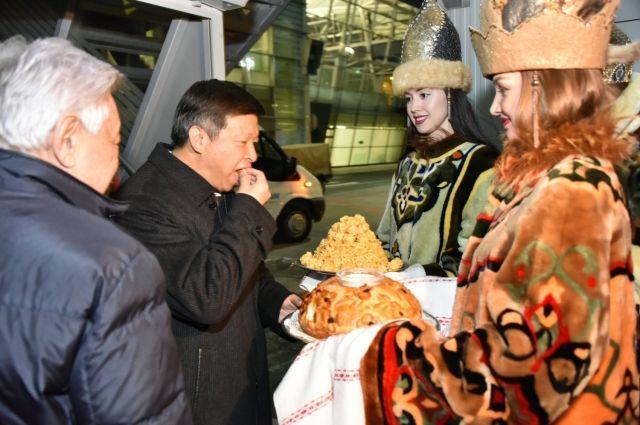 Китайских гостей встречал в аэропорту Казани председатель Госсовета РТ Фарид Мухаметшин.
