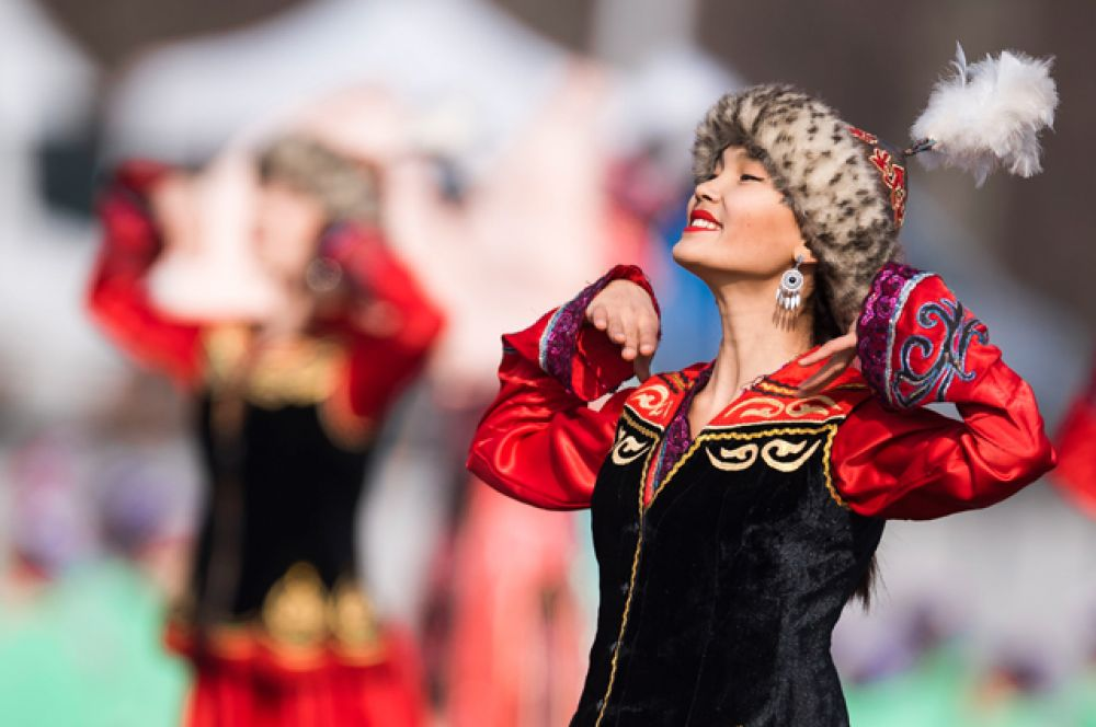 Девушка в народном костюме на праздновании Навруза в Бишкеке.