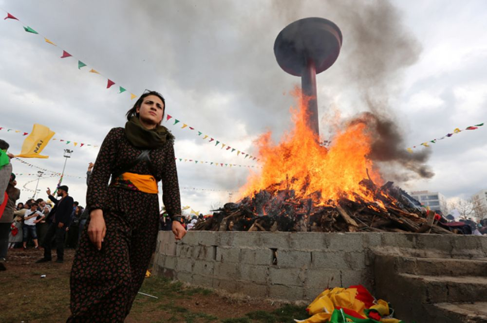 Костёр в честь праздника Навруз в городе Диярбакыр на юго-востоке Турции, где преобладает курдское население.