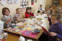 Ученики Алексея Бутусова занимаются в кружке юных поэтов и сами пишут стихи.