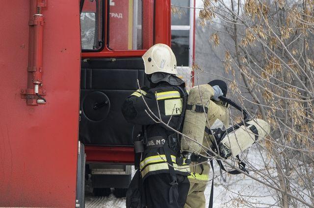 Работает 4 пожарных бригады.
