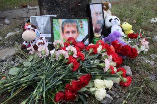 К месту аварии челябинцы несли цветы и игрушки.