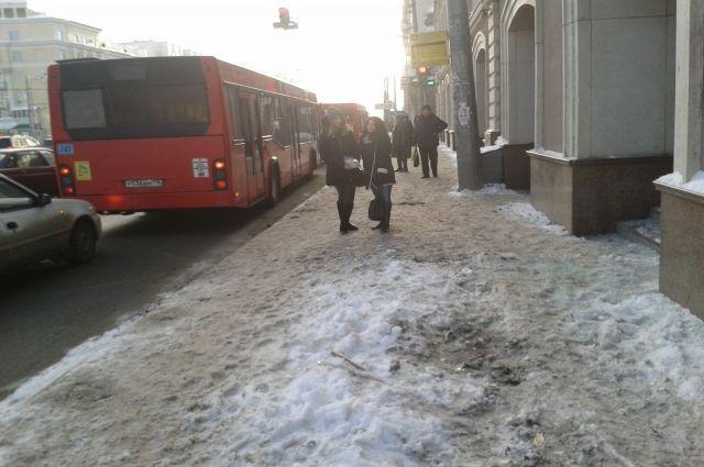 Красноярцы массово жалуются на гололёд возле остановок.