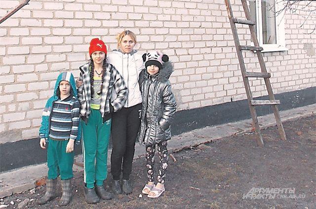 Кирилл, Юля, мама Ольга и Даша теперь живут в доме со всеми удобствами.