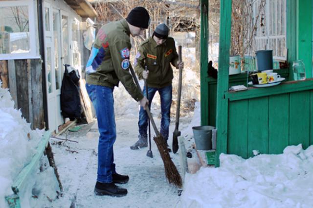 Студенты убирают дворы.