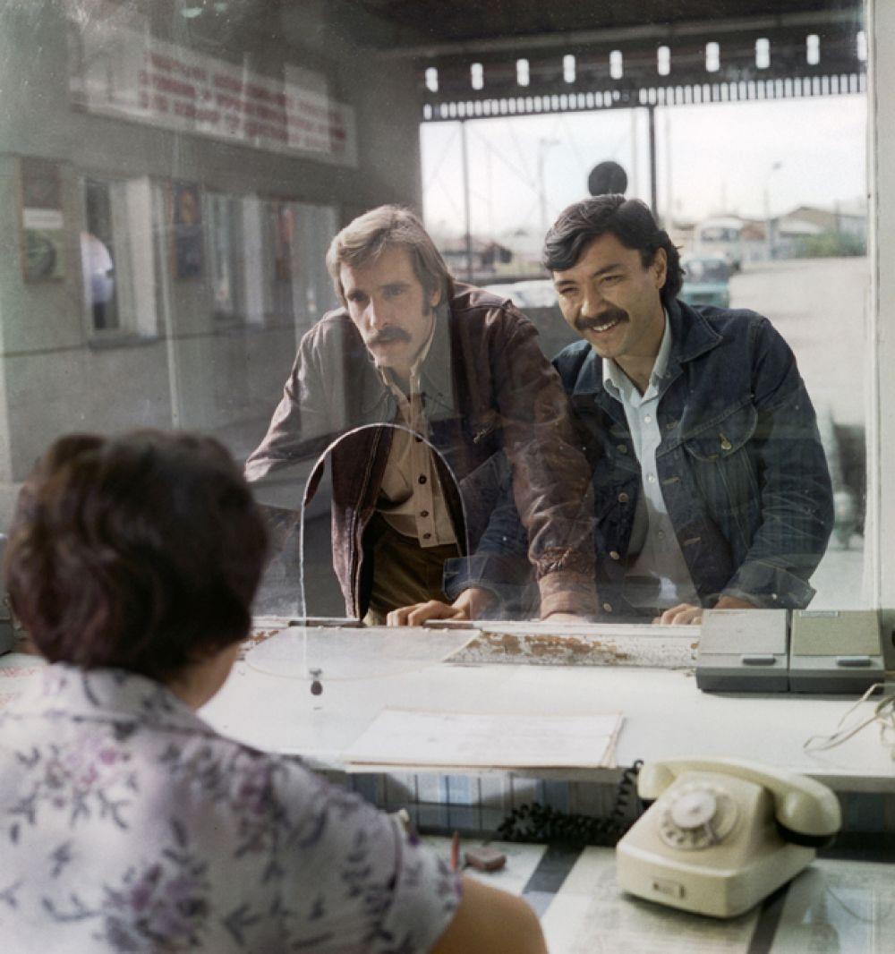 Лембит Ульфсак в роли Назара и Рустам Сагдуллаев в роли Ташкента на съёмках фильма «Какие наши годы!» режиссёра Эльера Ишмухамедова, 1980 год.