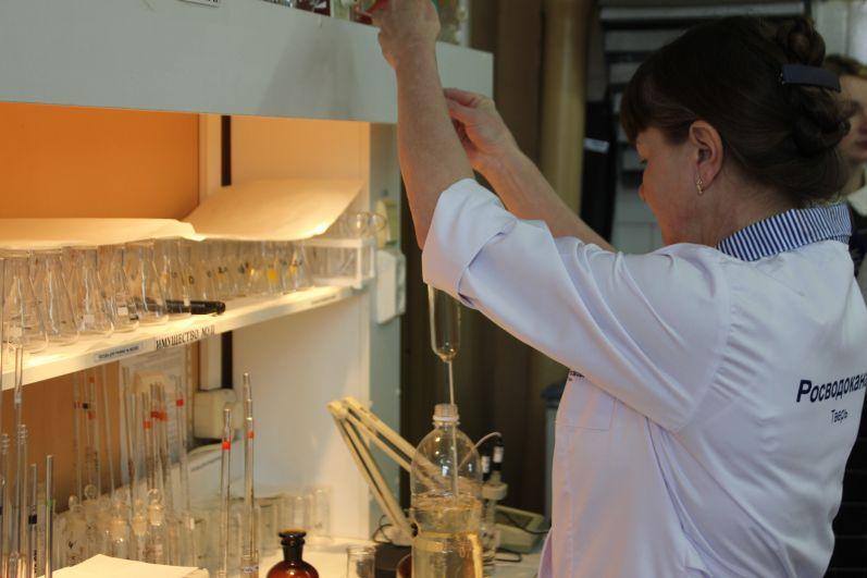 Анализ тверской воды проводится по десяти показателям: микробиологическим, органолептическим (мутность, цветность, привкус, запах) и химическим (железо, остаточный хлор).