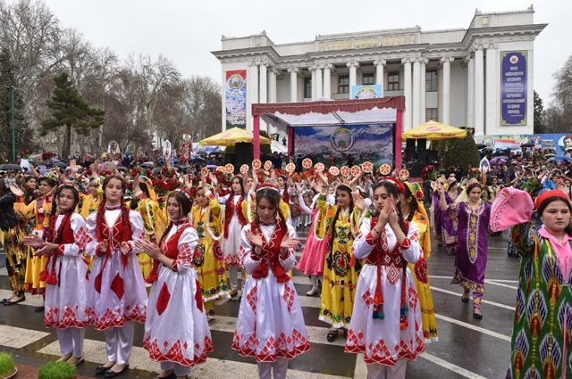 Девушки в национальных костюмах на праздновании Навруза на площади имени 800-летия Москвы в Душанбе.