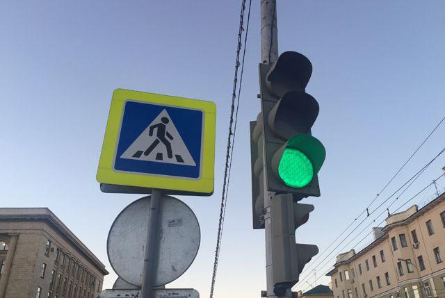 Согласно правилам, не допускается пересечение транспортных и пешеходных потоков в одной фазе светофорного цикла регулирования.