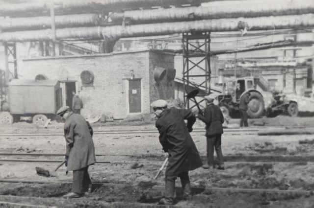 КЭМЗу Анатолий Тё отдал 40 лет и проводил там не только рабочие дни, но и выходные, например, на субботнике.