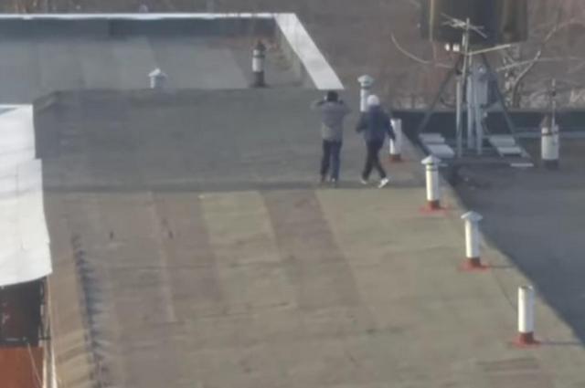 Трое четвероклассников залезли на крышу пятиэтажки за селфи.