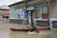 Лодки и резиновые сапоги есть во многих семьях.