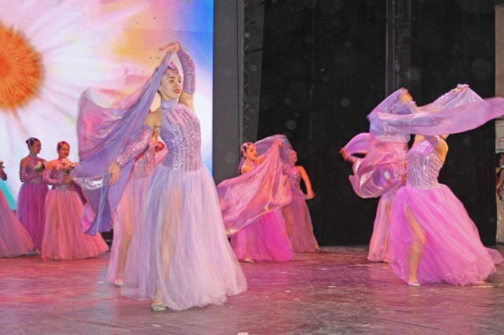 В рамках финала школьницы показывали свои способности в конкурсах «Мой первый бал» - романтический вальс в исполнении конкурсанток.