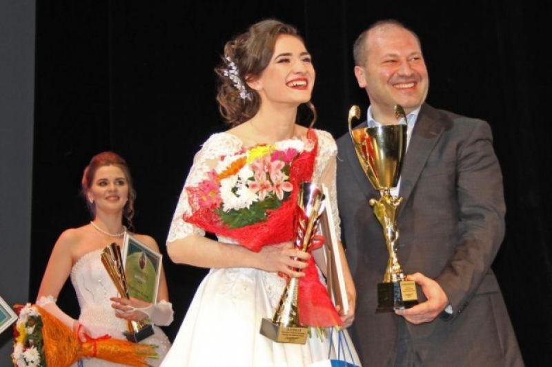 Победительнице конкурса - ученице 10-го класса школы №100 Ворошиловского района Анне Величко, присвоено звание «Ростовчанка – 2017» и вручен главный Кубок.