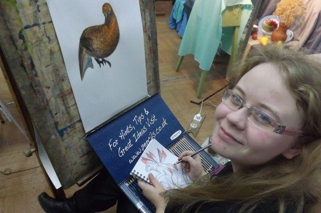 Заработанные на рисунках деньги Мария тратит на помощь пернатым.