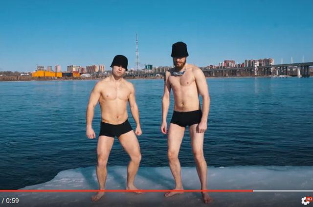 Парни вышли на ледяной берег Ангары и искупались в холодной воде.