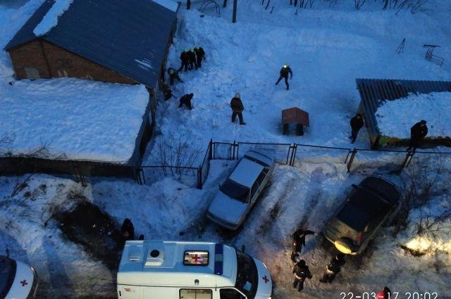 Спасатели до позднего вечера разгребали снег, чтобы убедиться, что детей там больше нет.